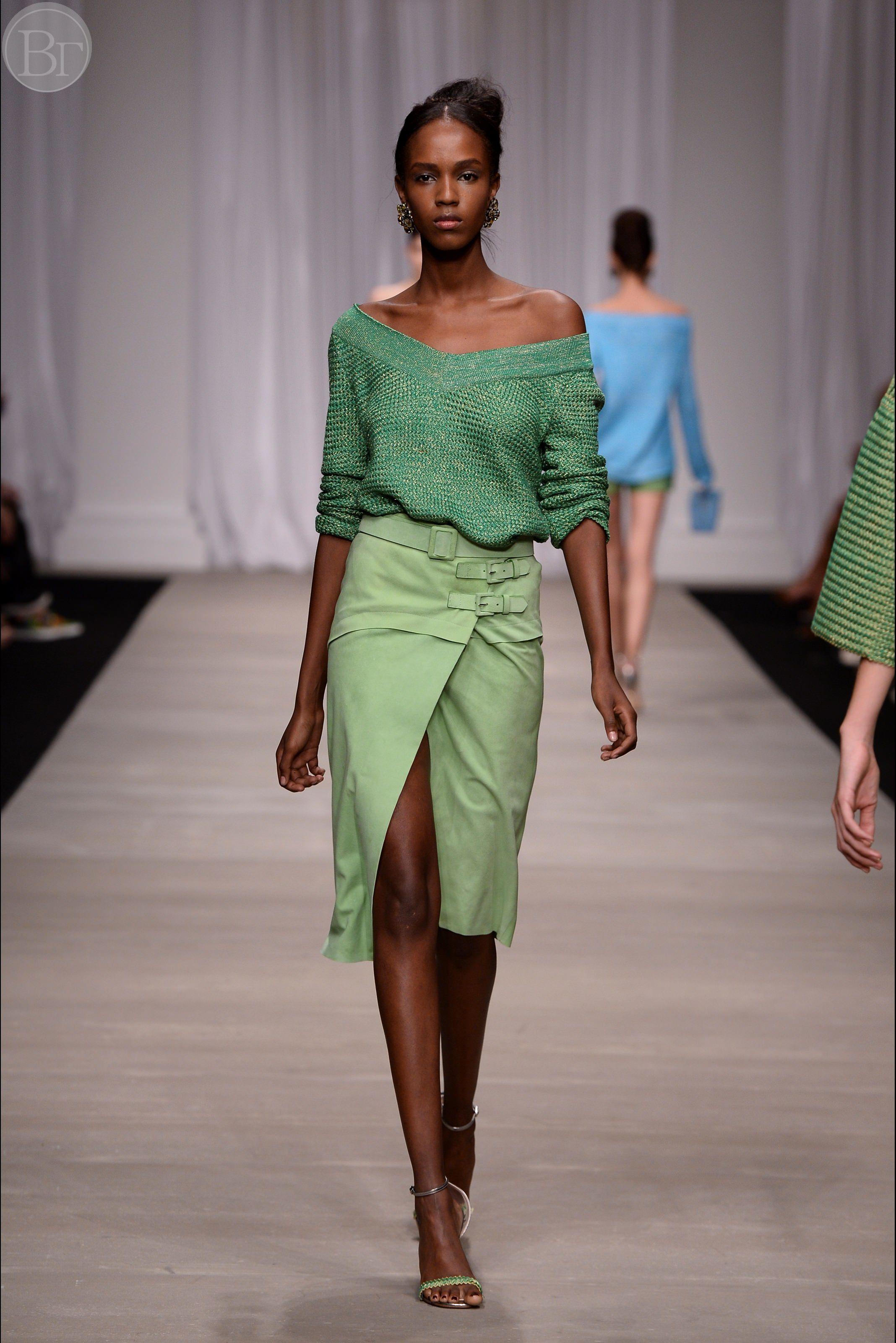 Зеленая юбка из экокожи с разрезом