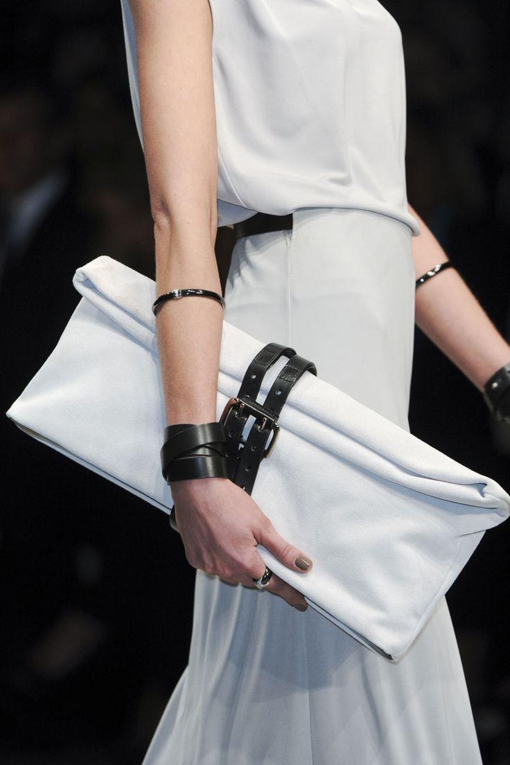 Модный белый клатч с ремнем