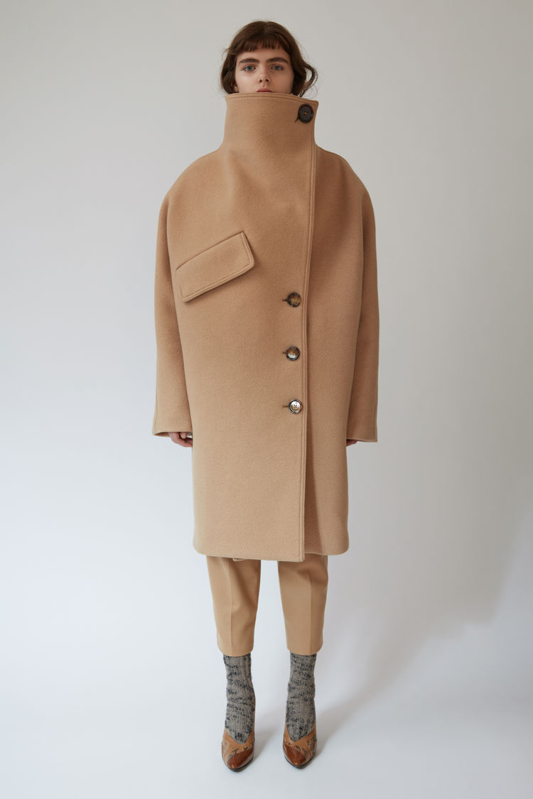 Бежевое пальто кокон