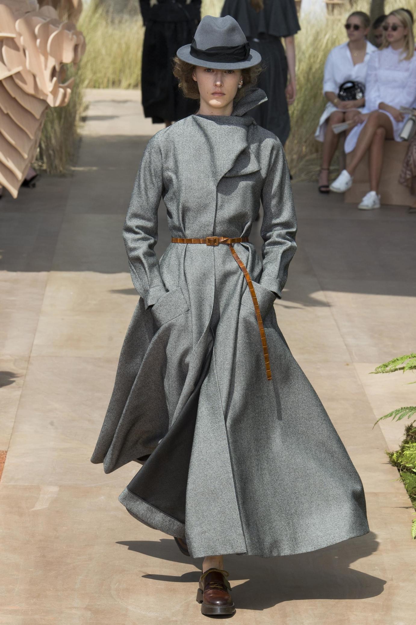 Серое пальто Dior
