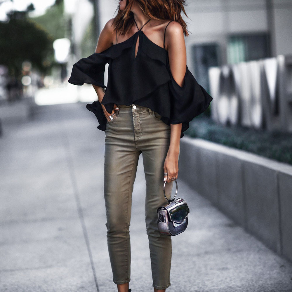 Черная блузка открытая