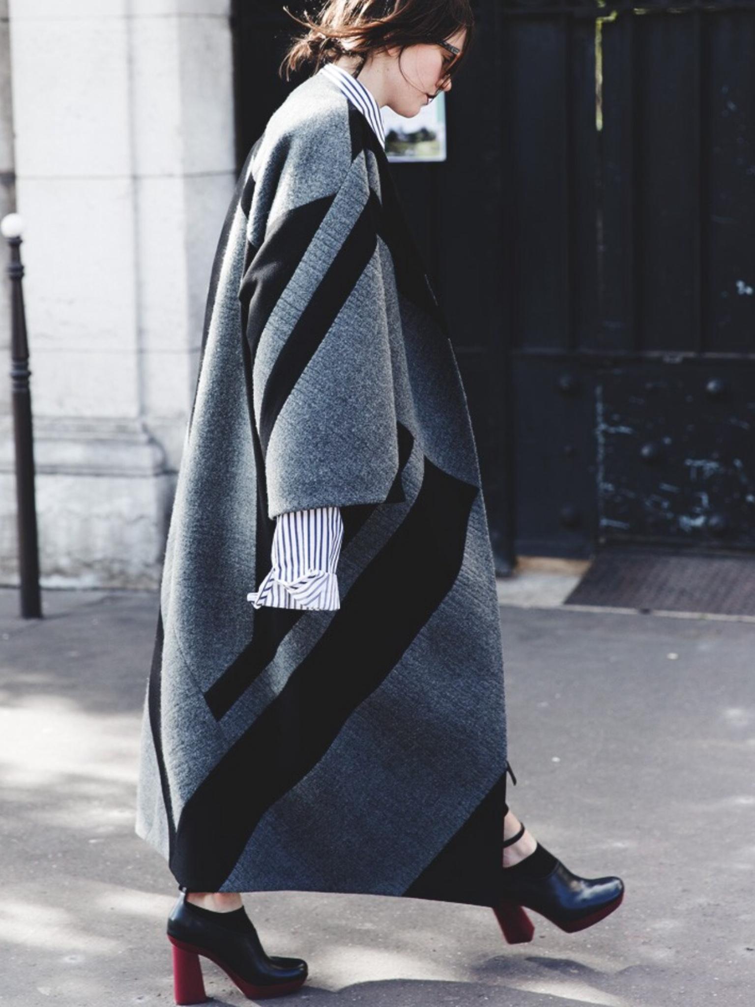 Серое пальто с рисунком