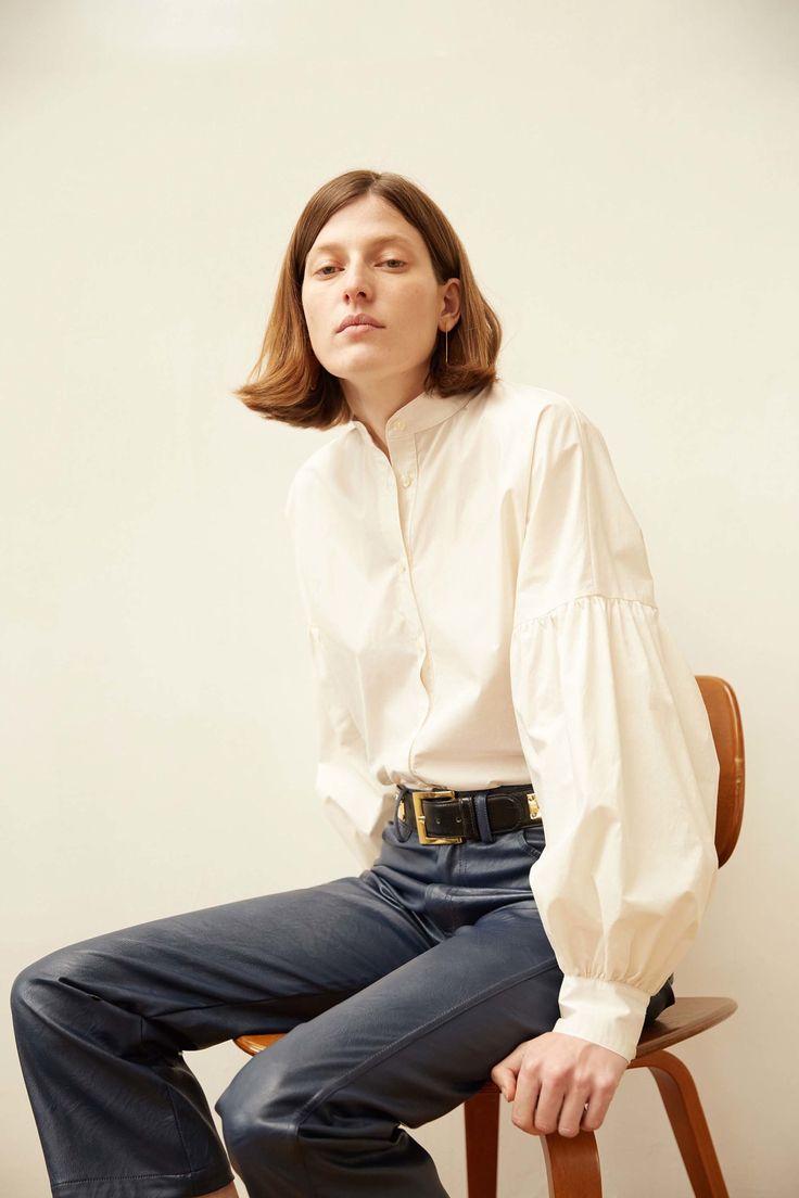 Белая блузка с широкими рукавами