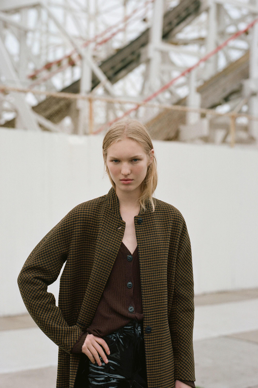 Модное шерстяное пальто с воротником стойкой