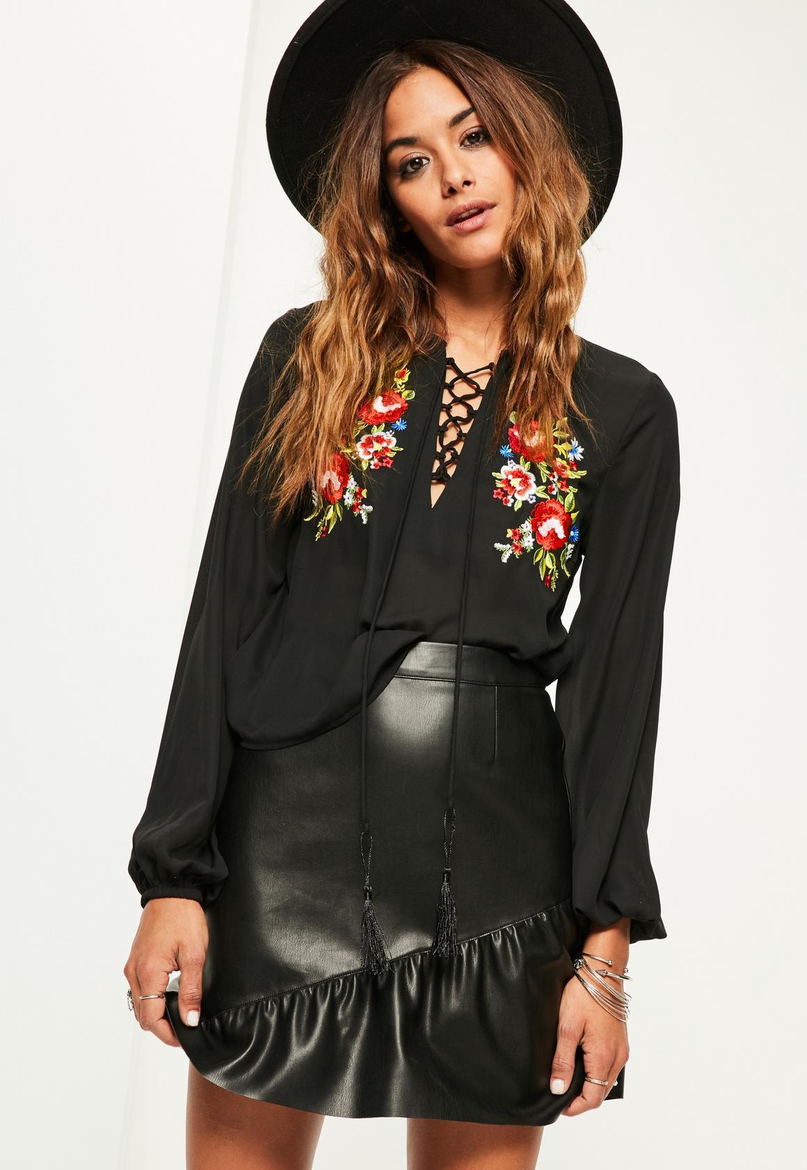 Черная блузка с вышивкой