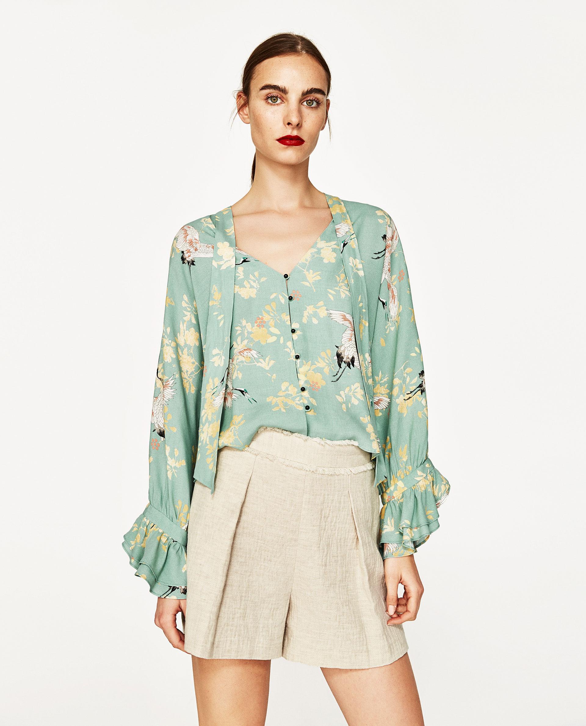 Блузка с воланами на рукаве