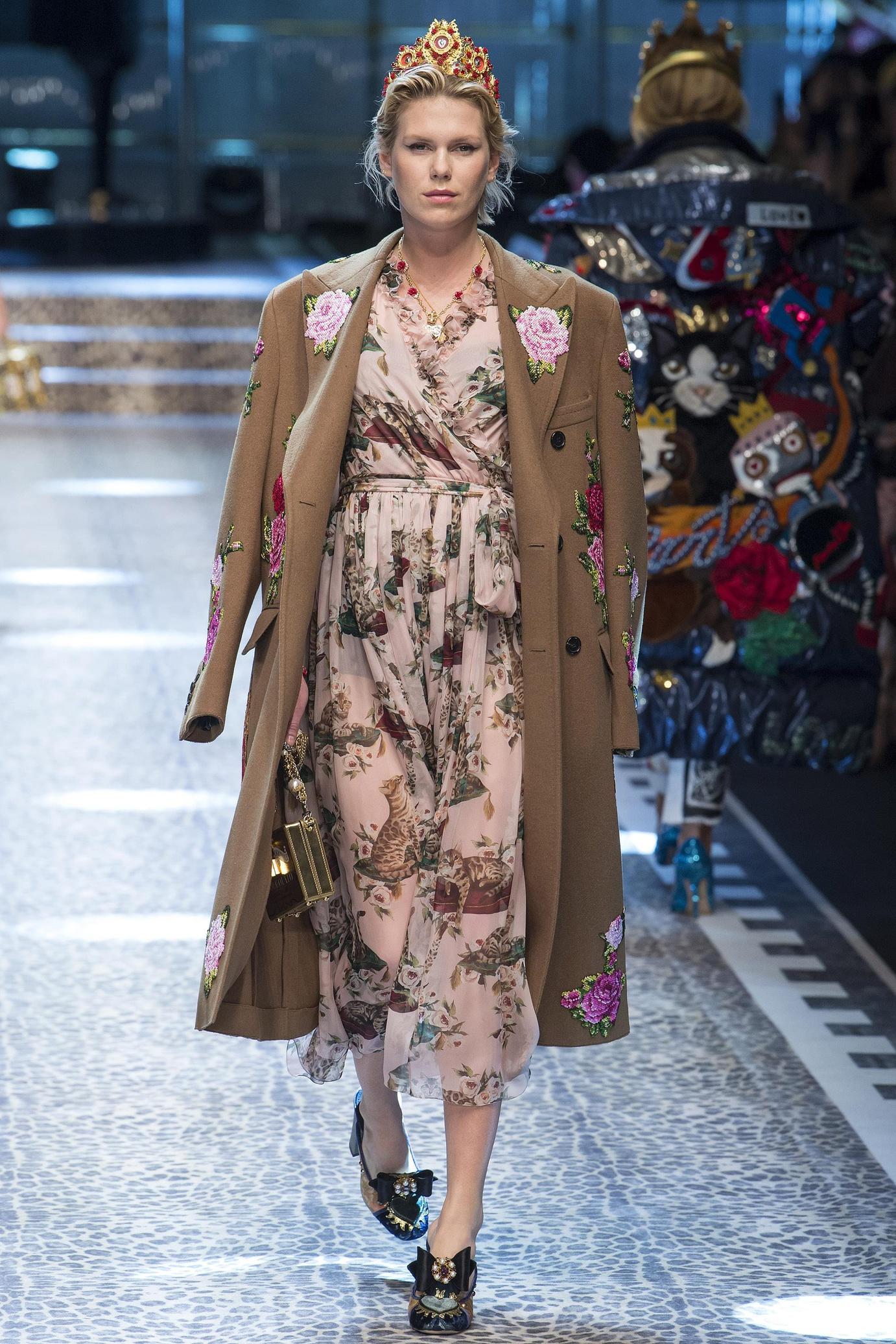 Модное шерстяное пальто с вышивкой