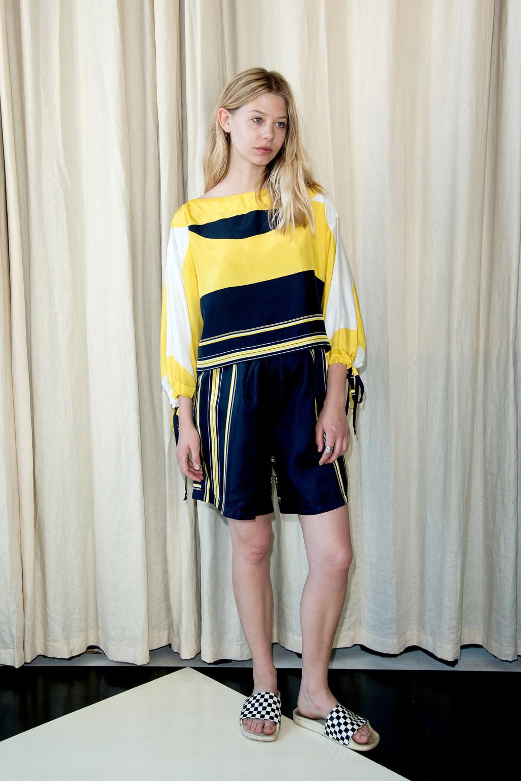 Атласная желтая блузка