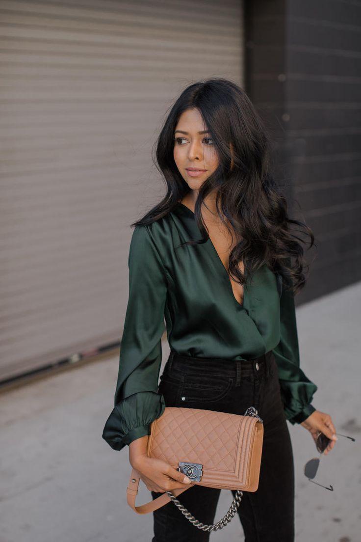 Атласная зеленая блузка