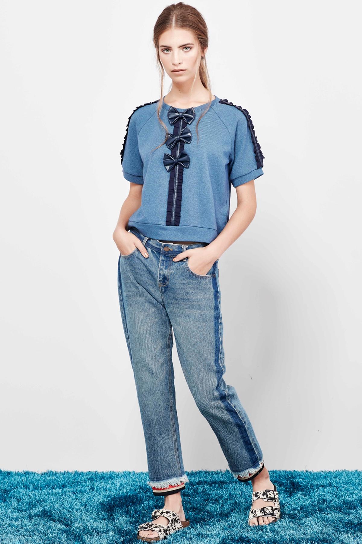 Голубые джинсы с бахромой