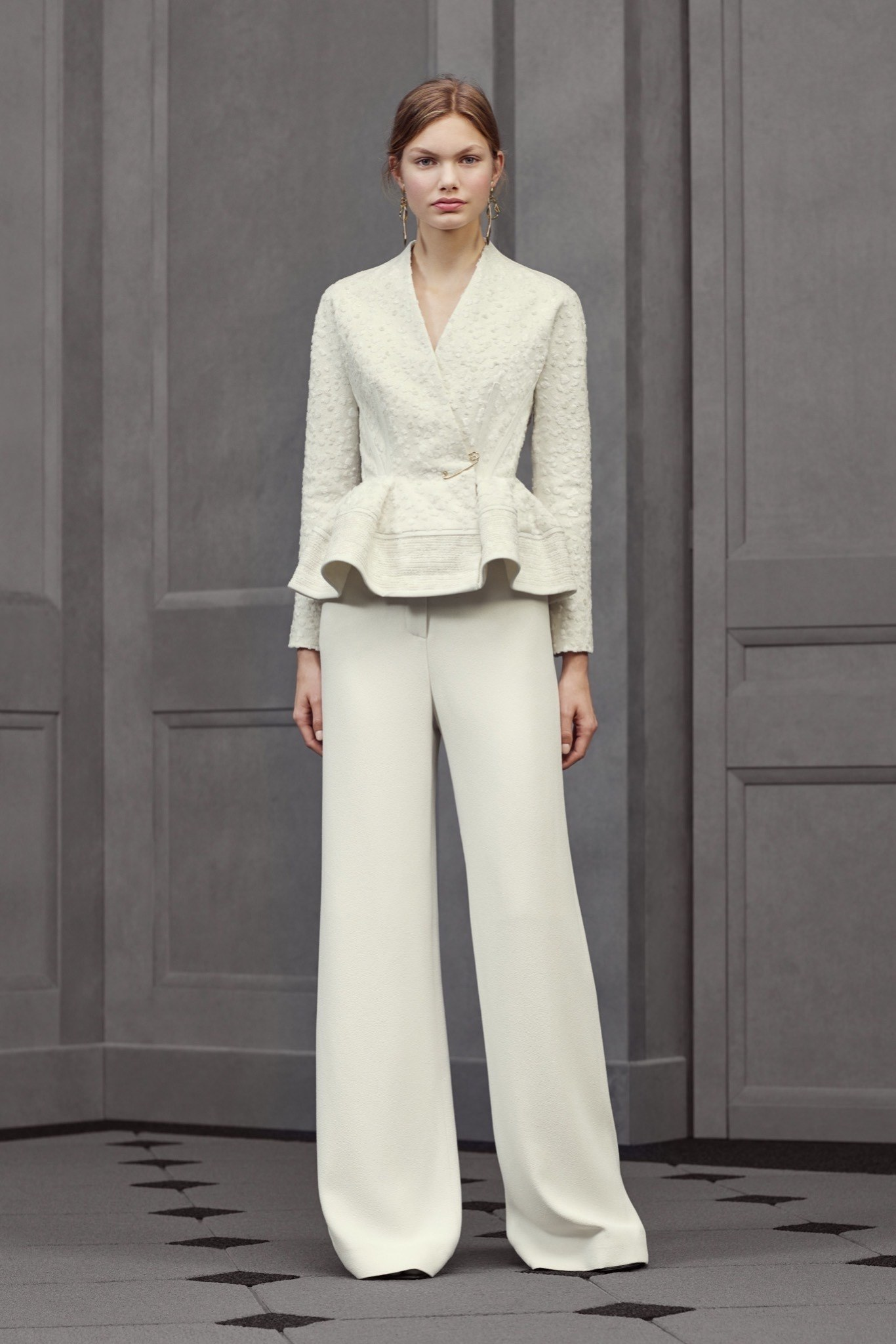 Белый пиджак с баской