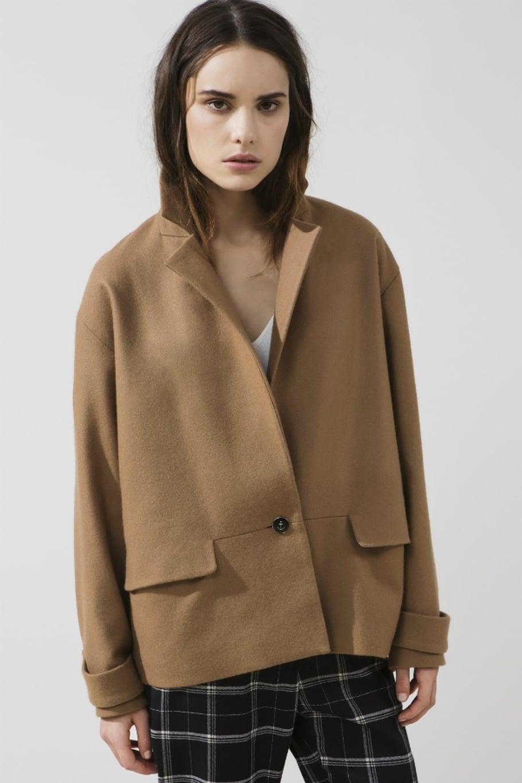 Бежевое короткое пальто