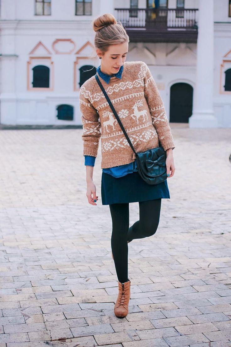 Бежевый свитер с оленями