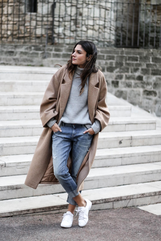 Бежевое пальто с воротником