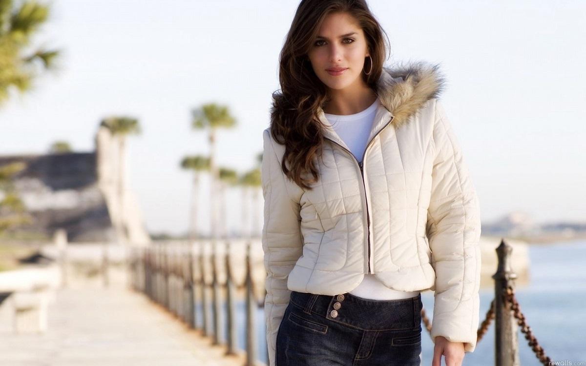 Белая демисезонная куртка