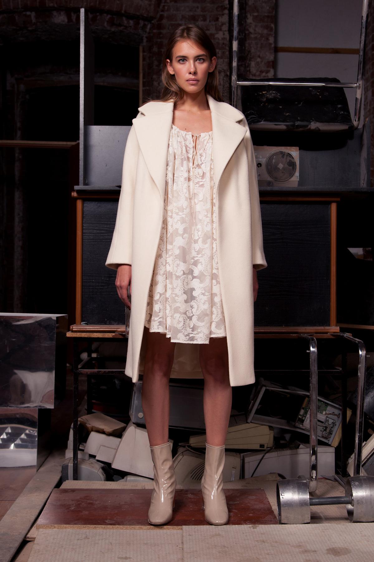 Белое пальто с воротником