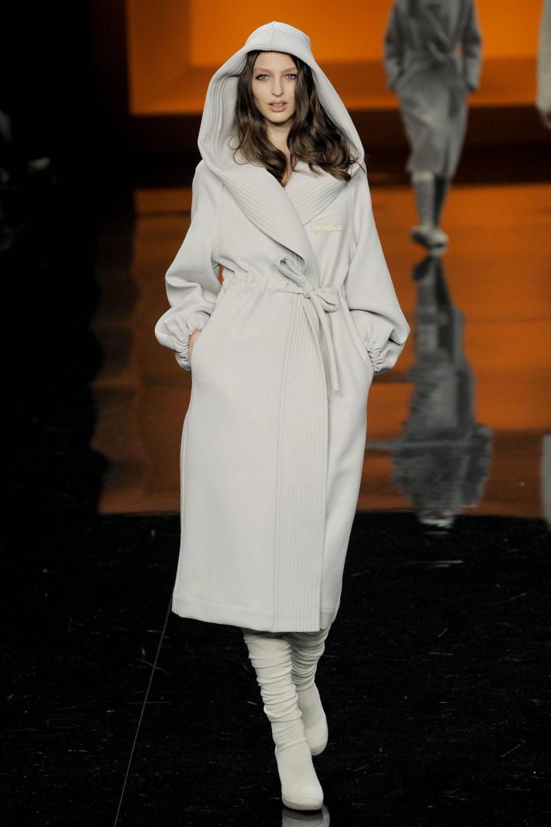 Белое пальто с капюшоном