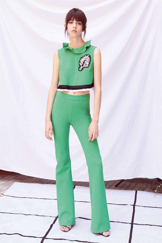 Зеленая блузка без рукавов