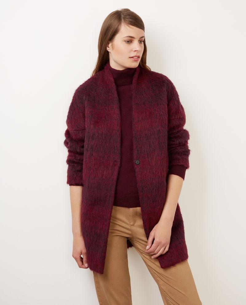 Бордовое короткое пальто