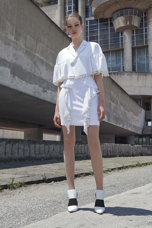 Белый пиджак с бусинами
