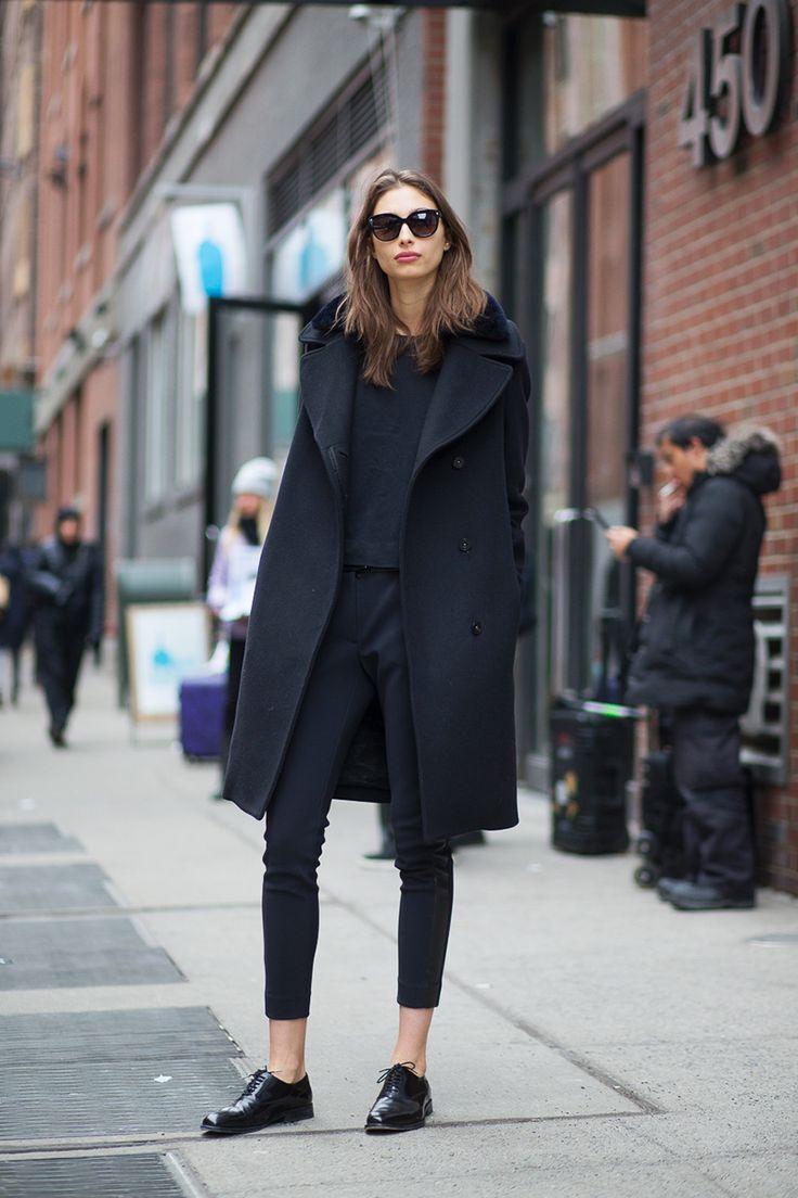 Черное пальто с английским воротником