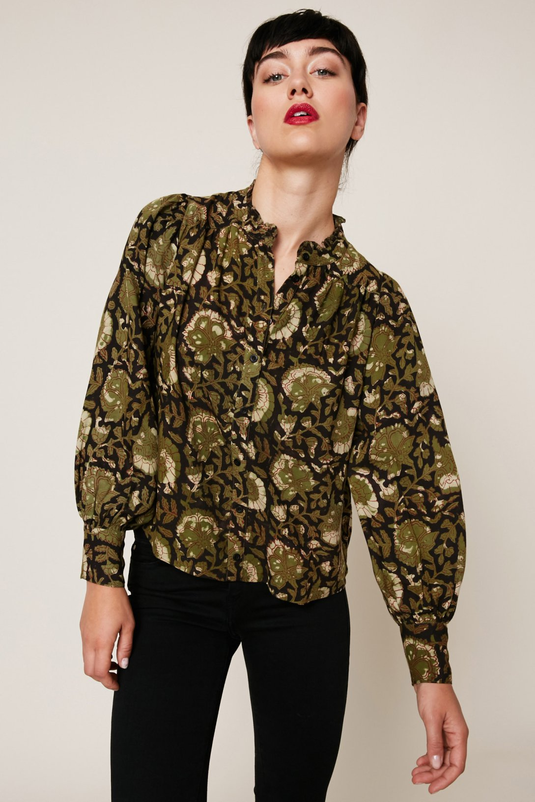 Зеленая блузка с цветами