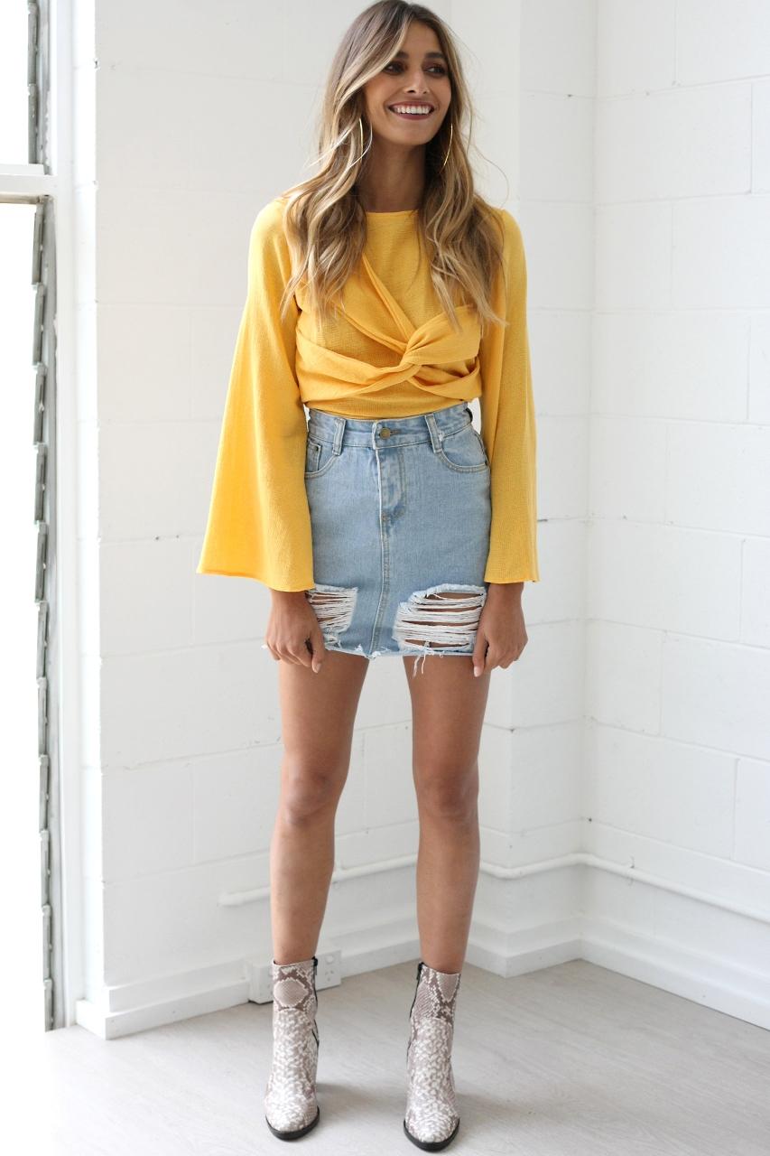 Желтая блузка с длинным рукавом