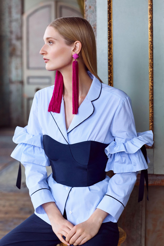 Голубая блуза с воланами