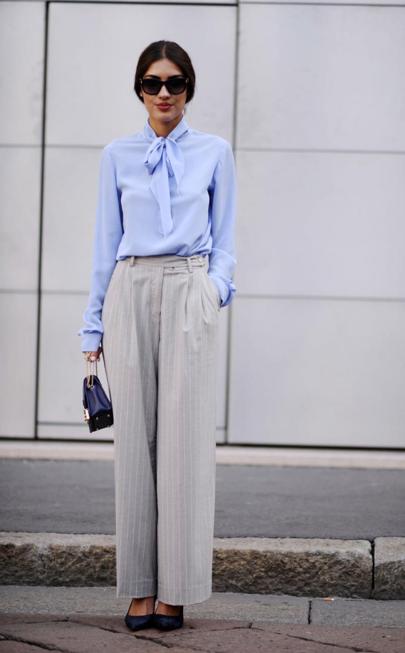 Голубая блузка с воротником