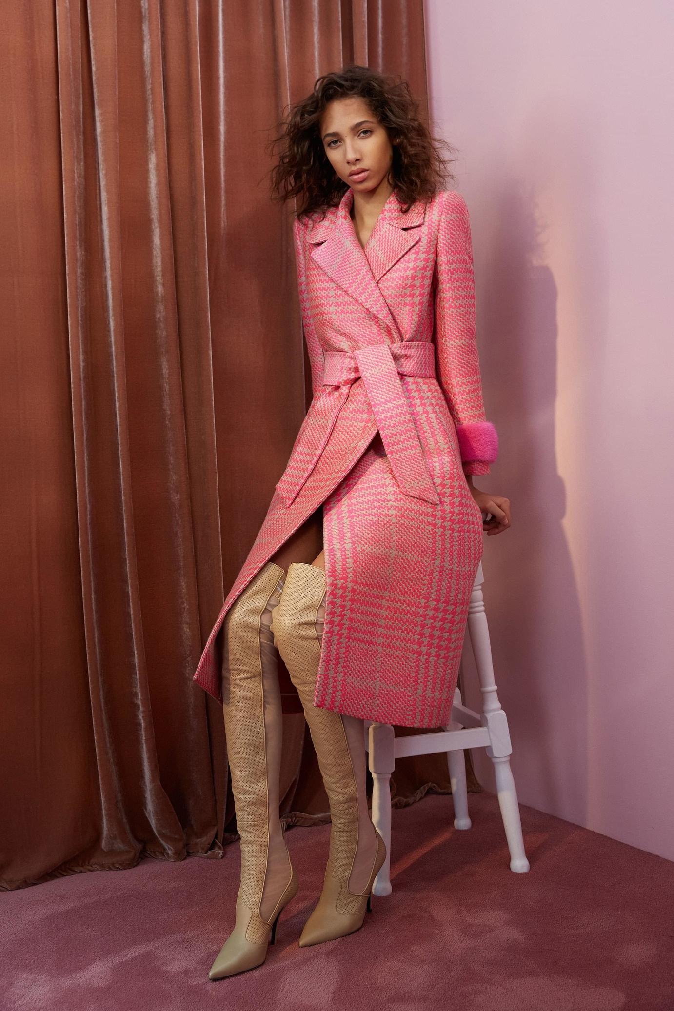 Розовое пальто в клетку