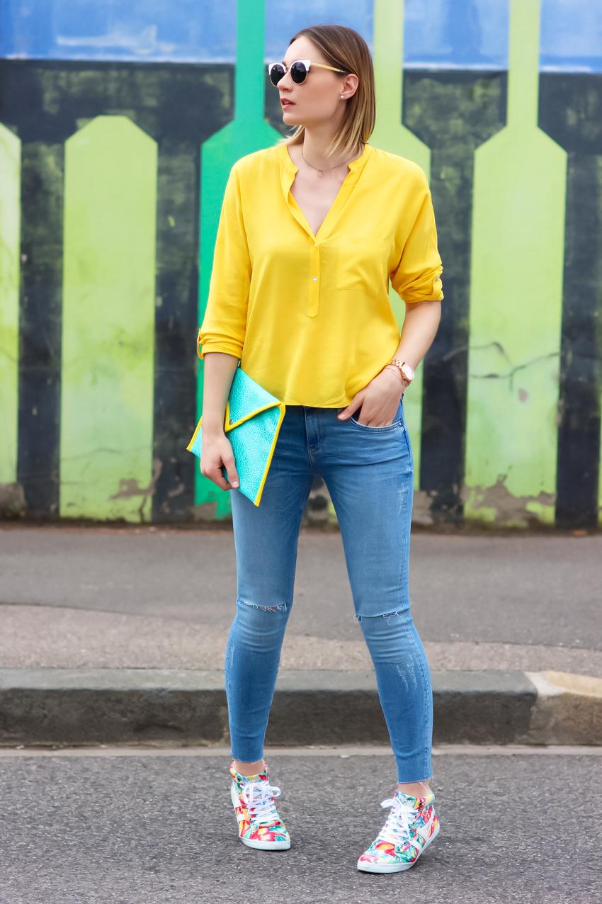 Короткая желтая блузка