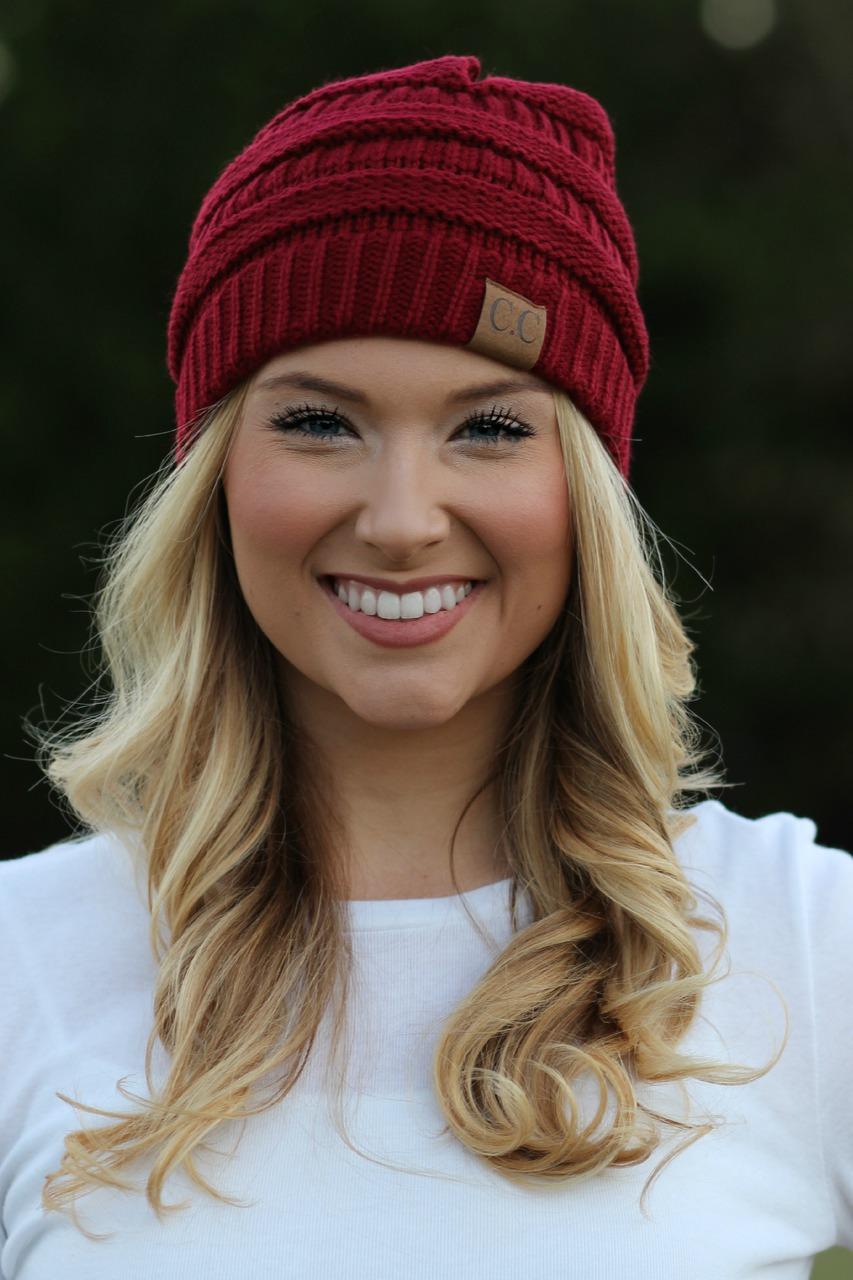 Красная спортивная шапка