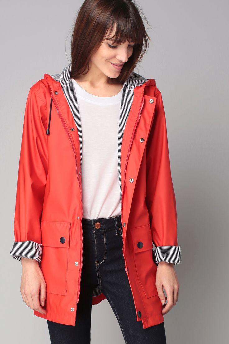 Модный красный плащ с капюшоном