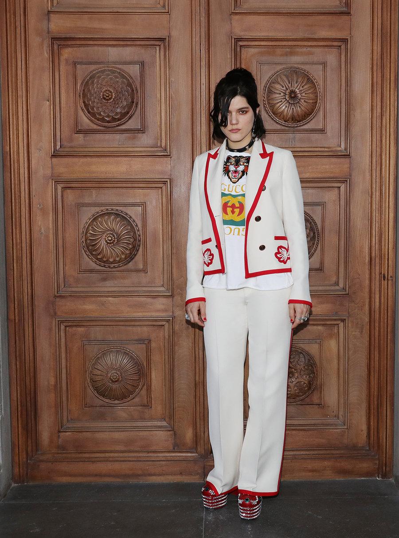 Белый пиджак с красной отделкой