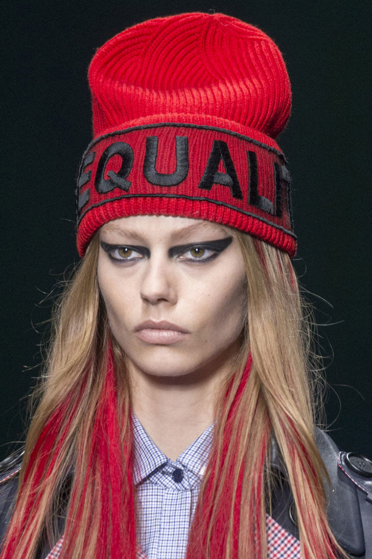 Красная спортивная шапка 2018