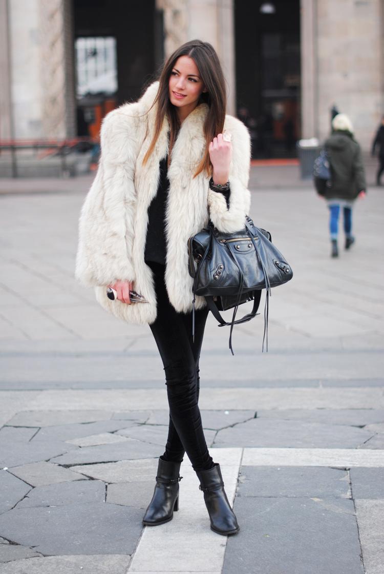 Белая куртка манто