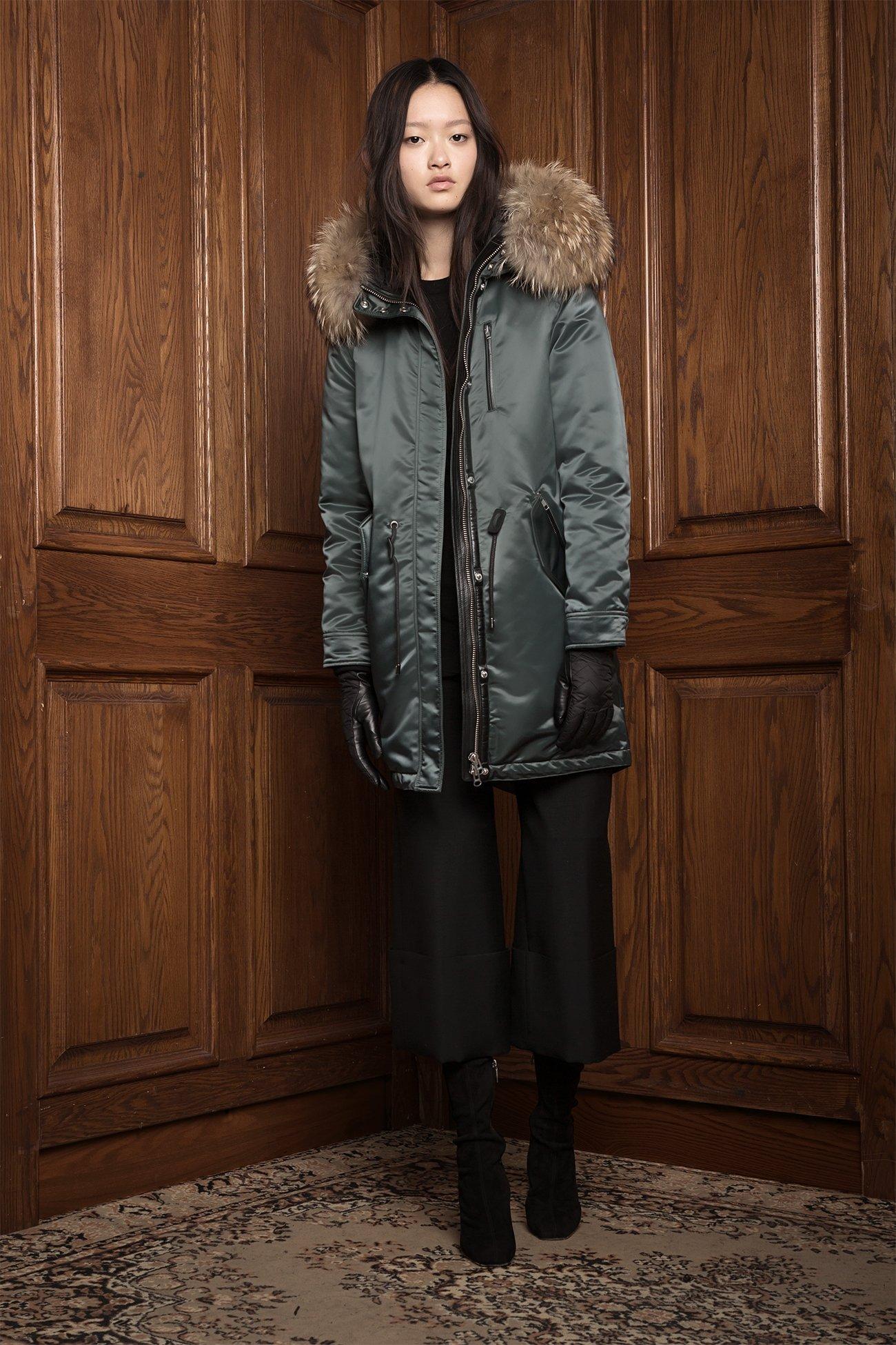 Куртка с мехом миди