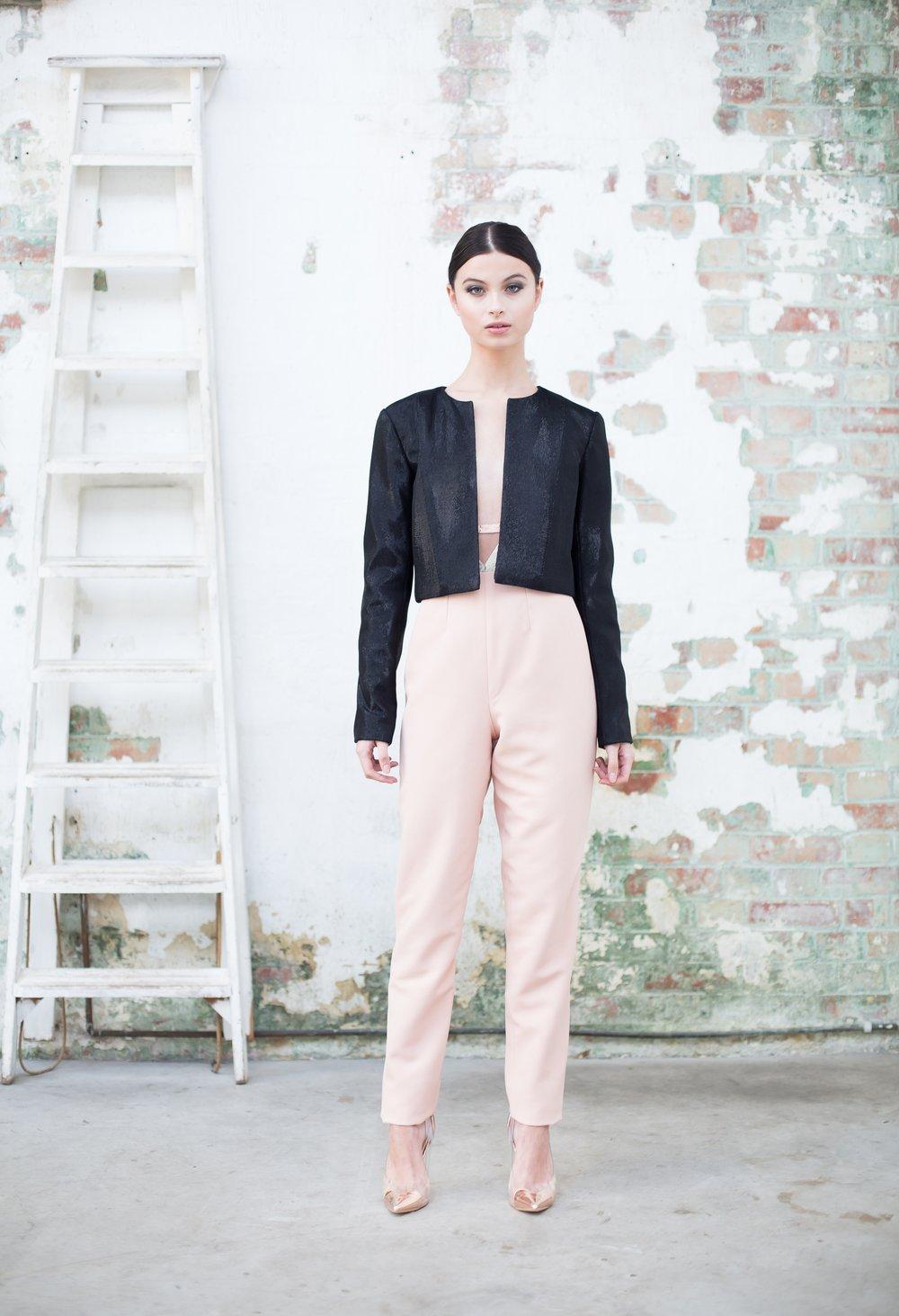 Черный пиджак в стиле минимализм