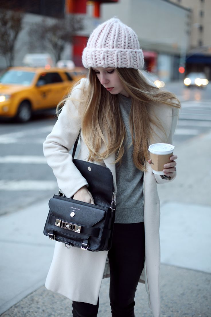 Белая шапка объемная