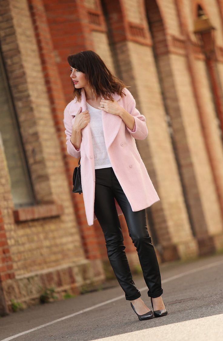 Розовое пальто на осень