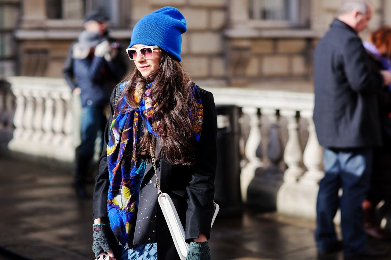 Синяя шапка на осень