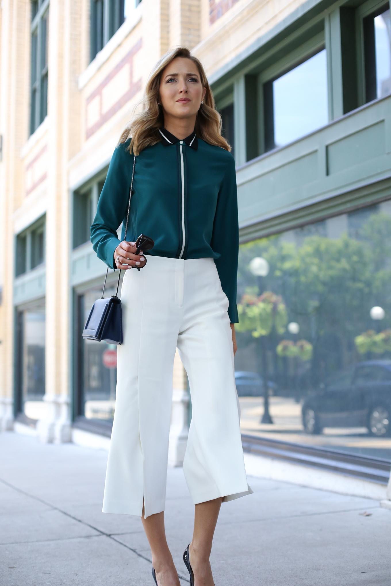 Зеленая блузка с белой отделкой