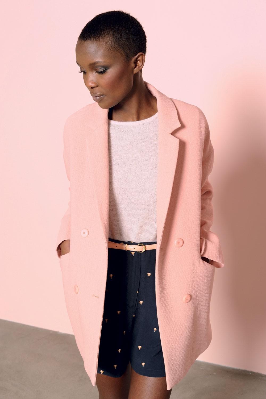 Розовое пальто с отложным воротником