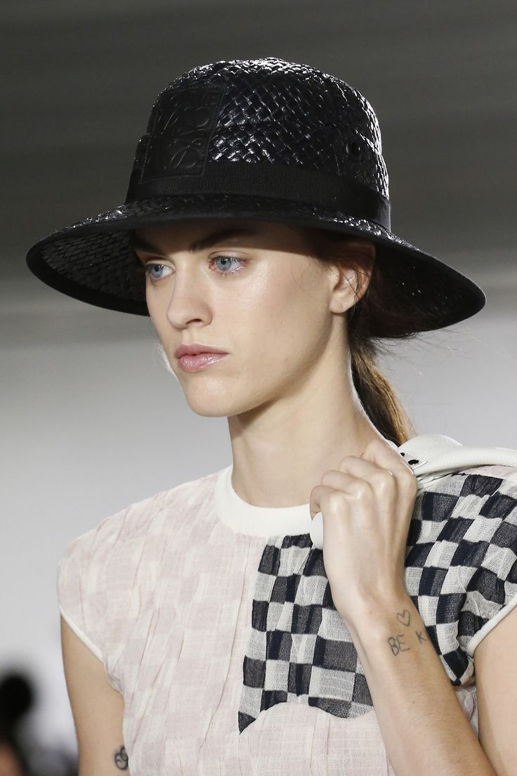 Плетеная черная шляпа