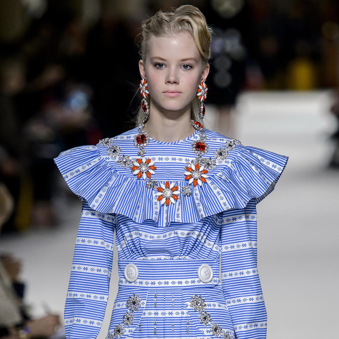 Блузка в полоску с воланами