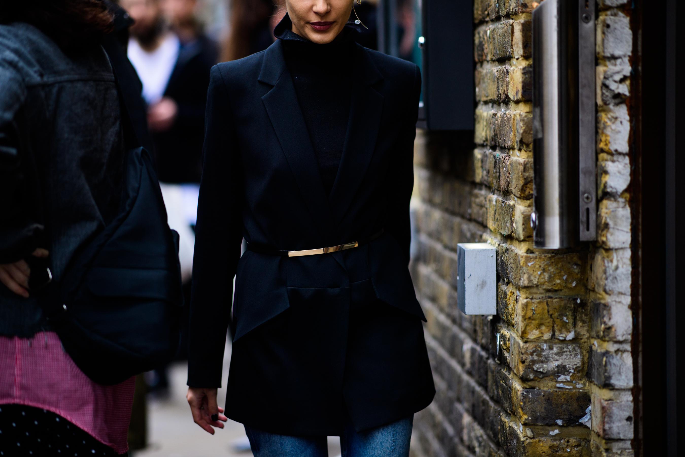 Черный пиджак с поясом