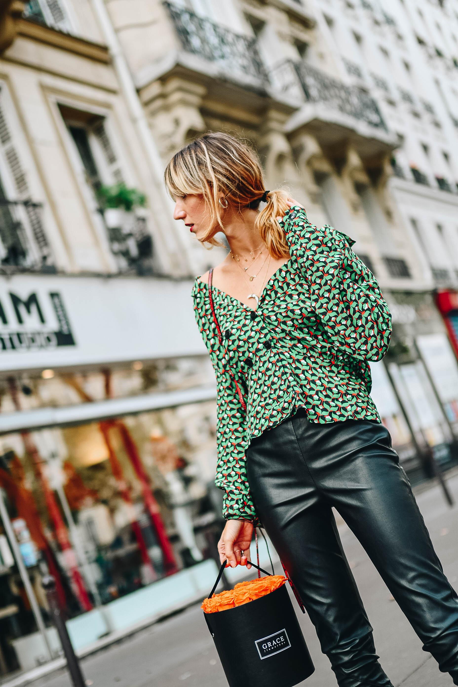 Зеленая блузка с принтом