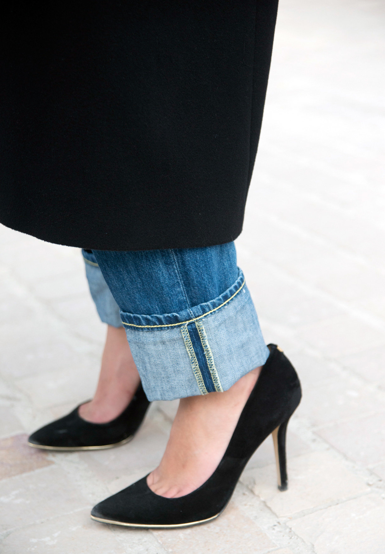 Подвороты на широких джинсах девушке