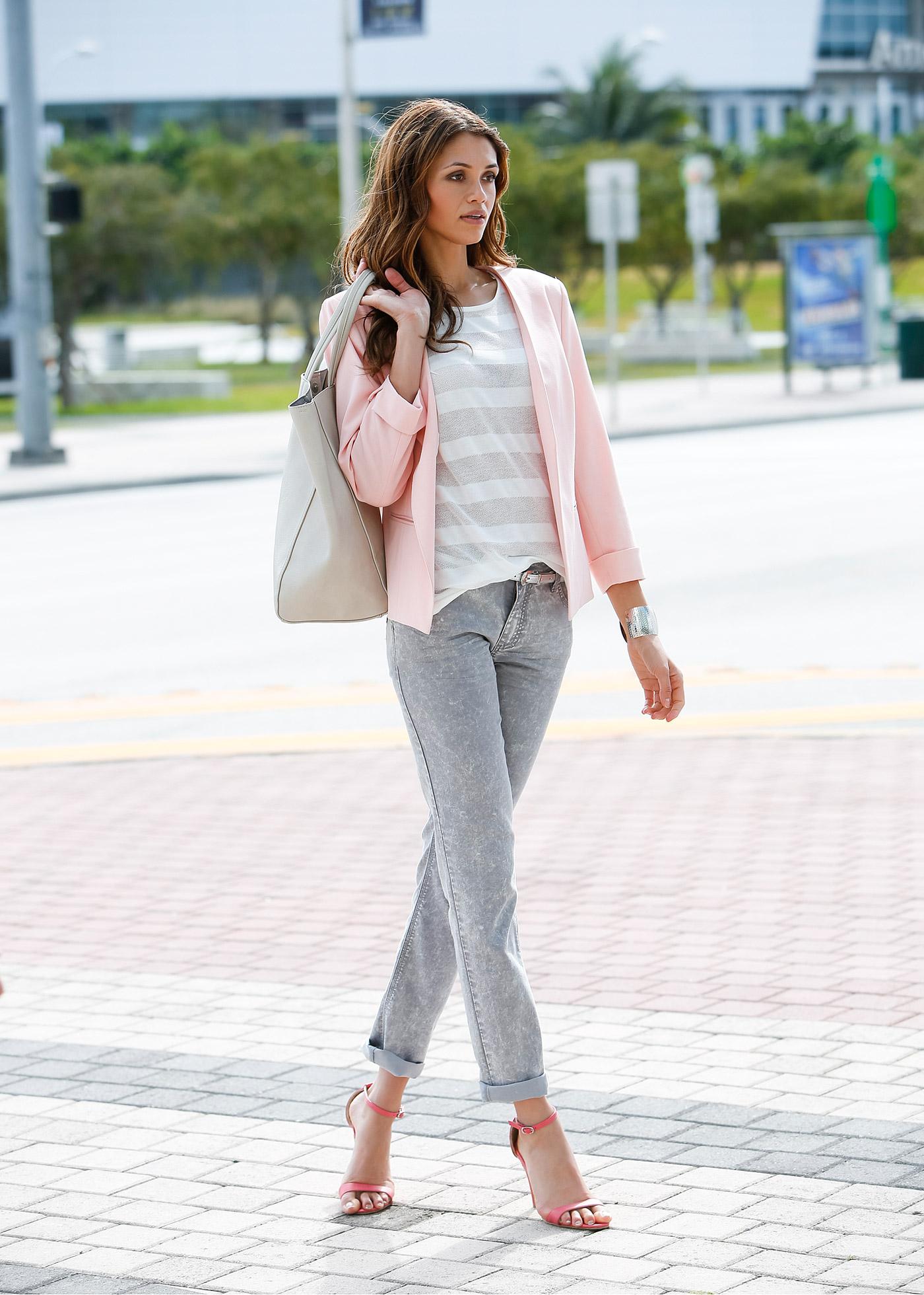 Короткий розовый пиджак