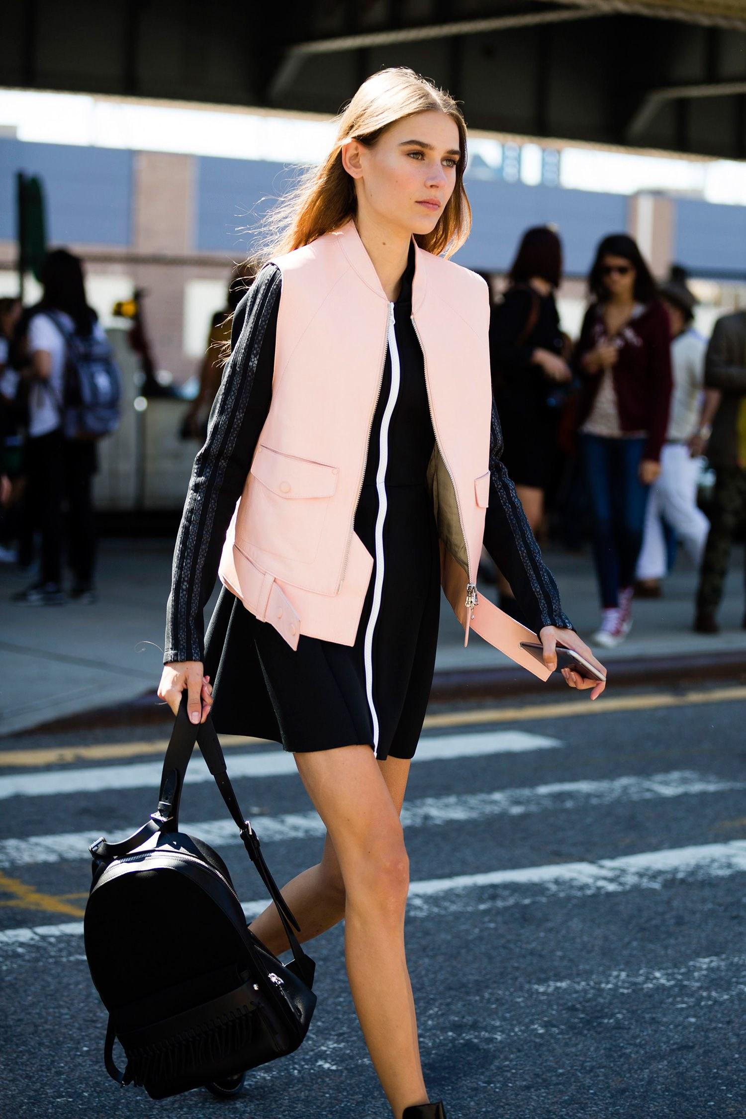 Розовый кожаный жилет